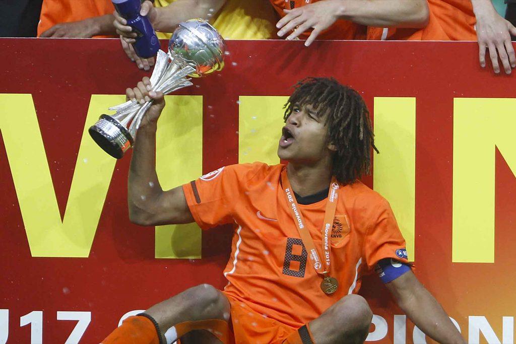 """อาเก้ ปราการหลังทีมชาติฮอลแลนด์ ของ """"เดอะ เชอร์รีส์"""" บอร์นมัธ - Vabpro.org"""